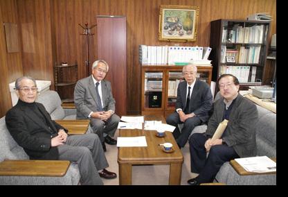 講義前に研究科長室で田畑教授、佐々木教授と