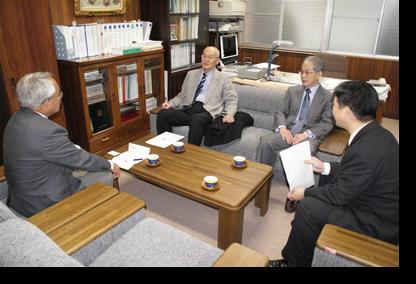講義前、研究科長室で佐々木教授と懇談