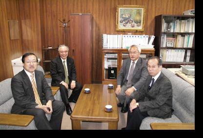講義前研究科長室で田畑教授、佐々木教授と懇談