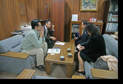 講義前に福原教授、長尾教授と懇談する酒井講師