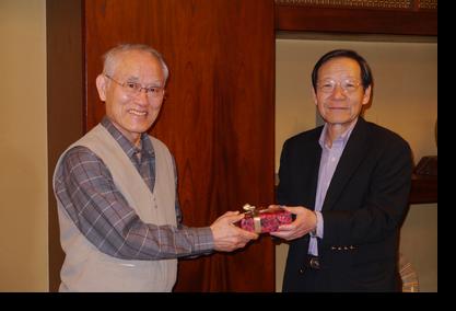 山幡会長(右側)から高田前会長に記念品が送られました