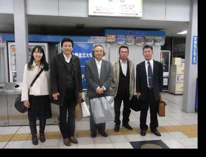 恩師の玉井教授(左から3人目)、福原教授とともに(杉本町駅で)