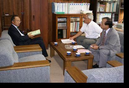 講義前研究科長室で佐々木教授、田畑教授と懇談