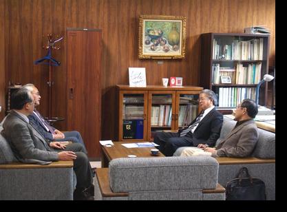 講義前に学科長室で佐々木教授と懇談