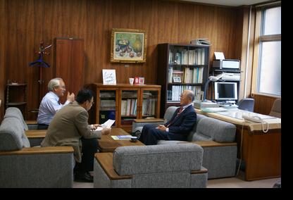 講義前研究科長室で佐々木教授、福原教授と懇談
