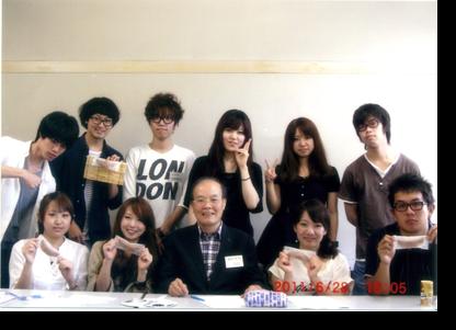 キャリア形成ゼミの学生たちと 前列中央が島村幸光氏