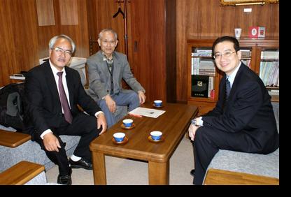 講義前に研究科長室で佐々木教授・高田会長と
