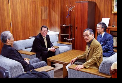 講義前に脇村研究科長との懇談 白井講師は左から2人目